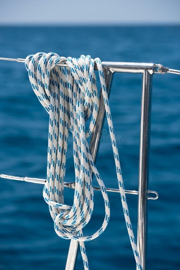 Ein Seil gebunden um eine Rettungsleine auf einer Yacht stockfotos