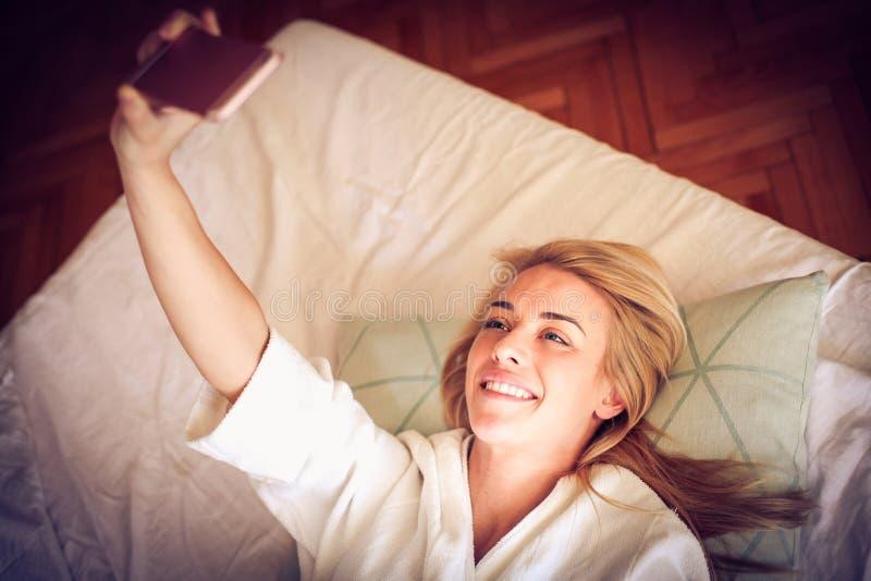 Ein Selbstporträt vom Bett nehmen gelassen Morgenprogramm stockbilder