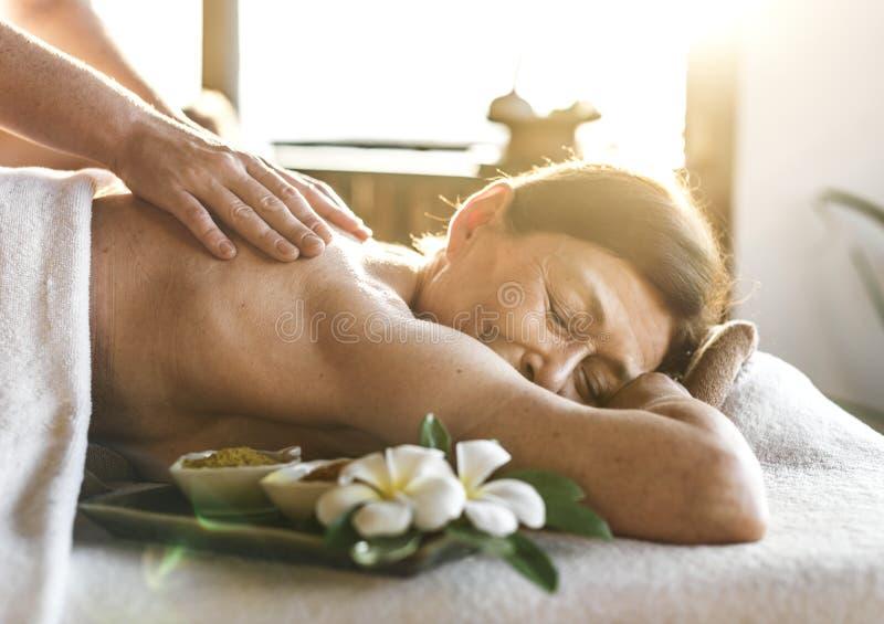 Ein Senior, der eine Massage hat lizenzfreies stockfoto