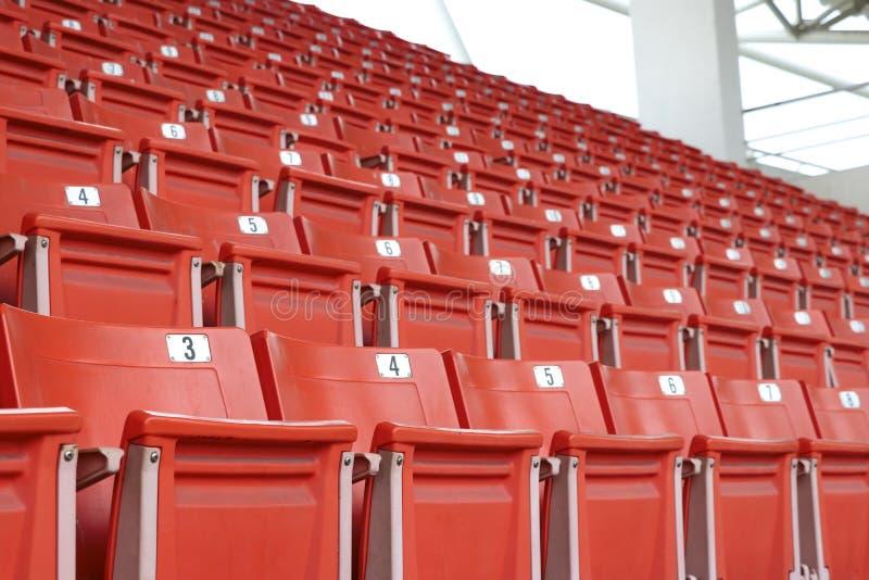 Ein Sessel für Sportfans im Amphitheater Stühle auf der Tribüne stockbilder