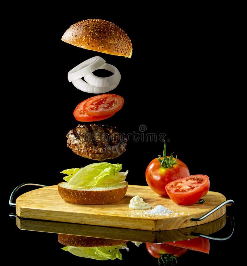 Ein sich hin- und herbewegendes frei schwebendes Hamburgersandwich stockbild
