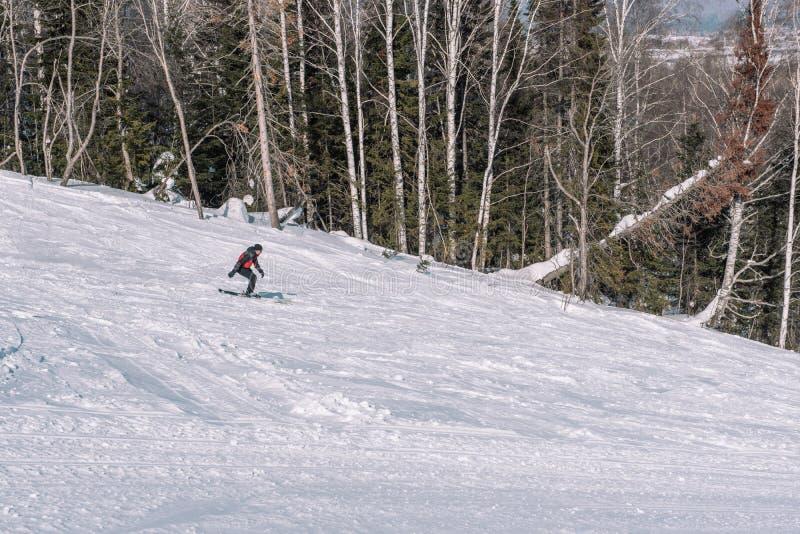 Ein Skifahrer reitet hinunter den Berg Skispuren im Schnee Gefährlicher Sport Russland, UralJanuary, Temperatur -33C Winter in Si lizenzfreie stockbilder