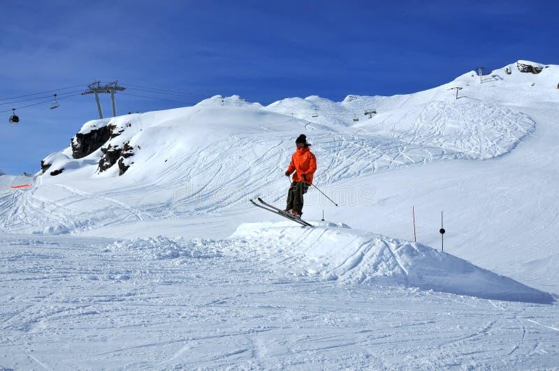 Ein Skifahrerstart stockfotos
