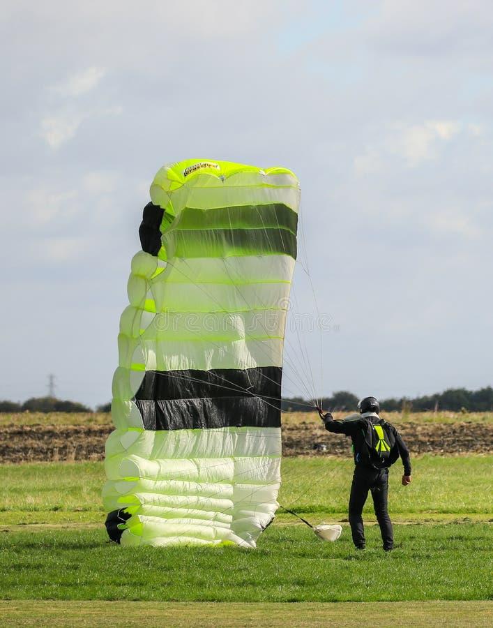 Ein Skydiver, der oben seine grüne Rutsche erfasst stockfotos