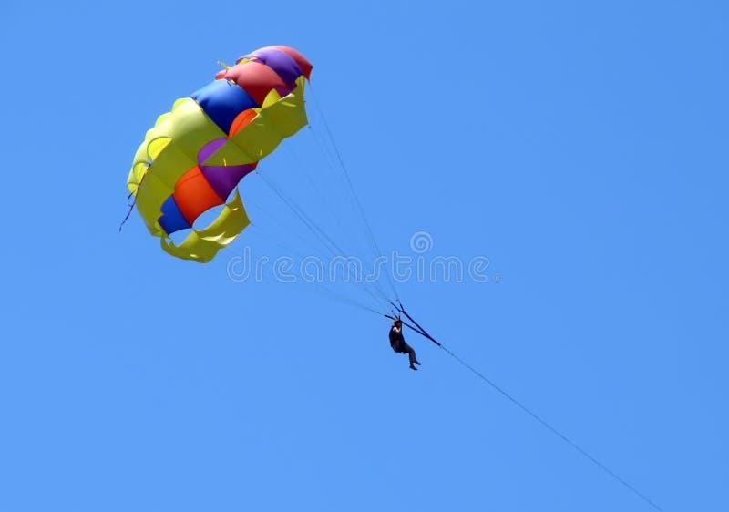 Ein Skydiver im blauen Himmel lizenzfreie stockbilder