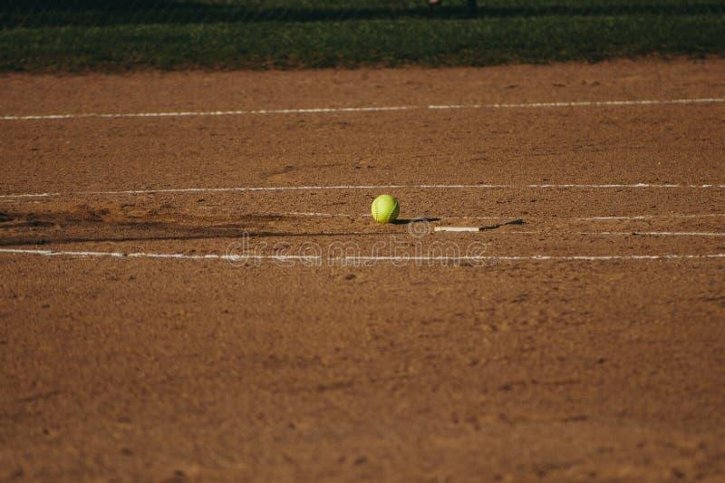 Ein Softball auf einem Feld lizenzfreie stockfotos