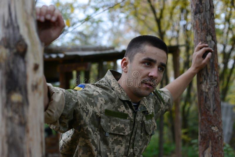 Ein Soldat der ukrainischen Armee Untersuchung den Abstand Ukra stockfotografie
