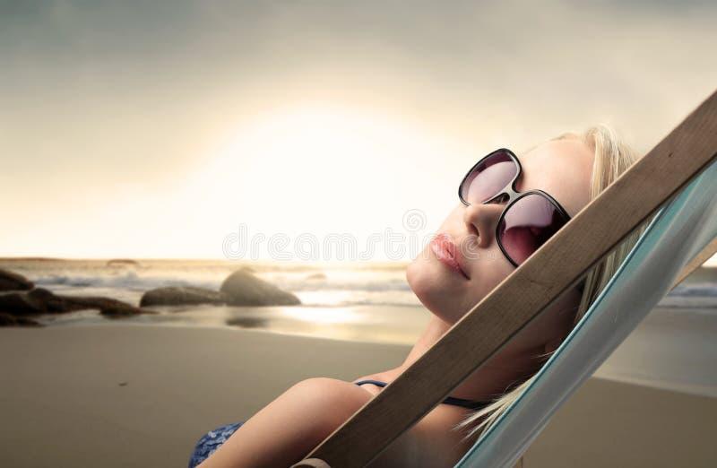 Ein Sonnenbad nehmen lizenzfreies stockbild