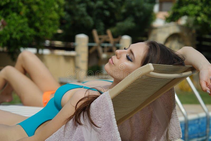 Ein Sonnenbad nehmende Frau stockfoto
