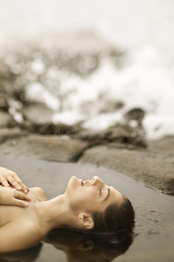 Ein Sonnenbad nehmende Frau. stockbild
