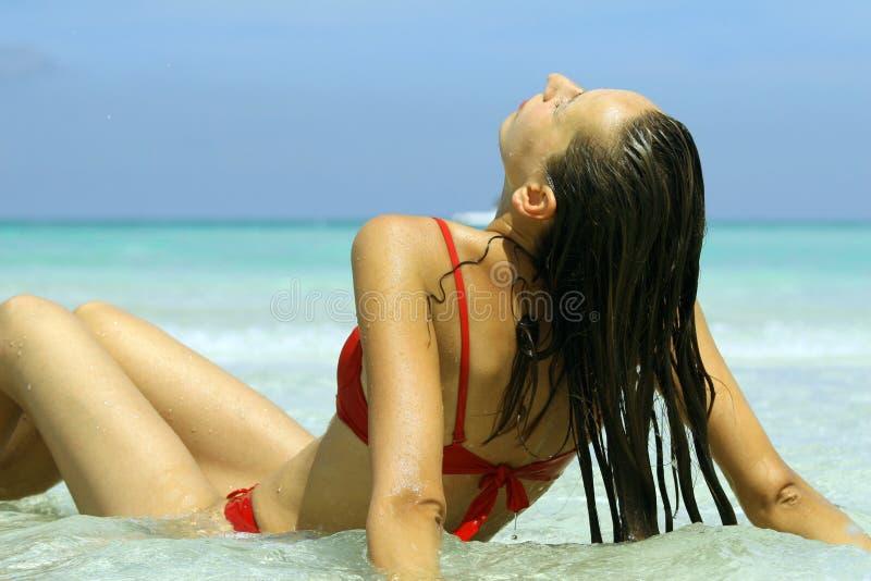 Ein Sonnenbad nehmende Frau lizenzfreie stockfotografie