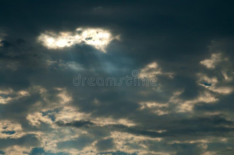 Ein Sonnenstrahl in den dunklen Wolken stockfotos
