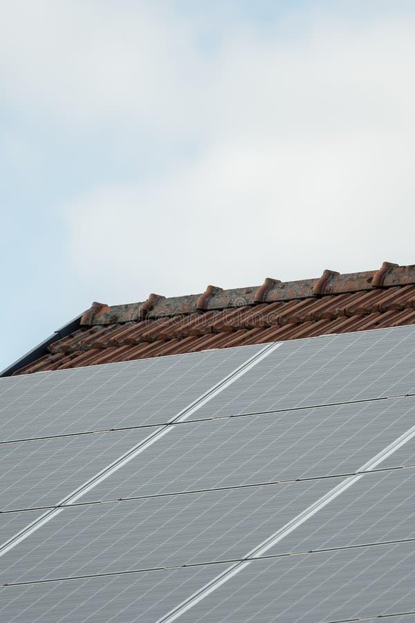 Ein Sonnensystem auf einem Dach, Himmel im Hintergrund stockfoto