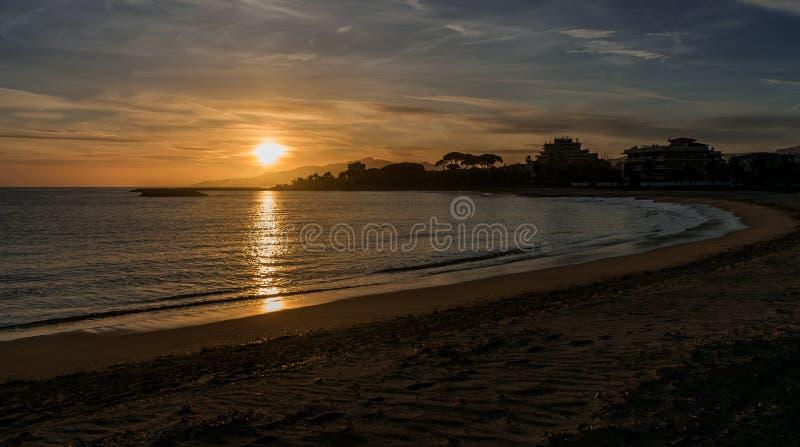 Ein Sonnenuntergang in einem Cambrils-Strand stockfotos