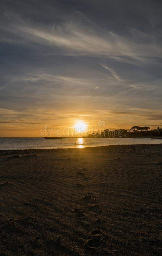 Ein Sonnenuntergang in einem Cambrils-Strand Schritt für Schritt zur Sonne lizenzfreie stockbilder