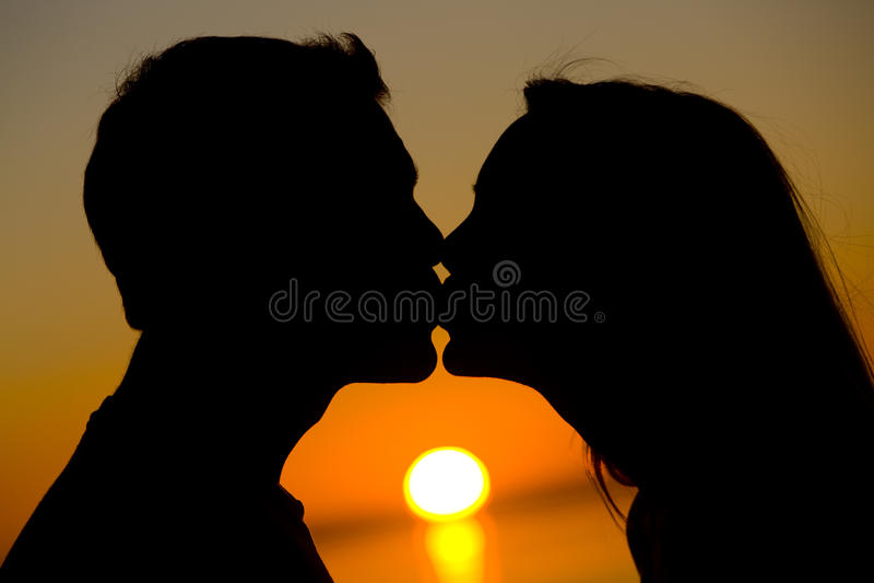 Ein Sonnenuntergang-Kuss stockbild