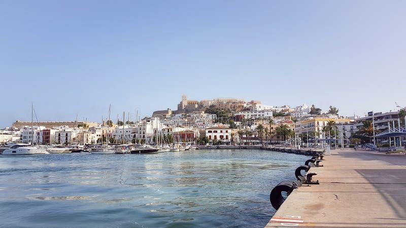 Ein sonniger Sommertag bei Dalt Vila Ibiza City Spain stockbild