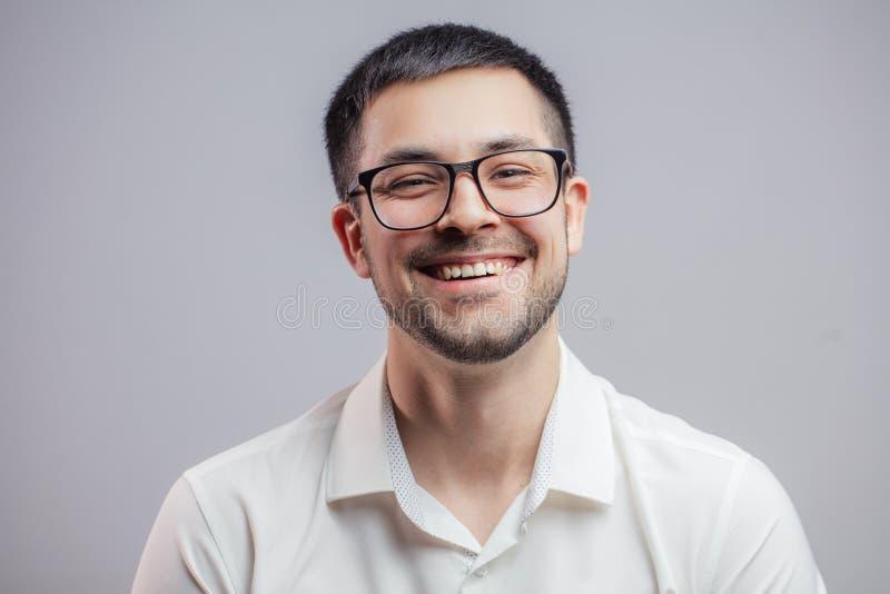 Ein sorgloser positiver Mann in den Gläsern lizenzfreie stockbilder