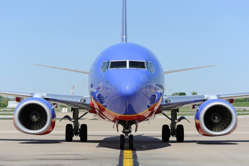 Ein Southwest Airlines pullint in das Gatter stockfotografie
