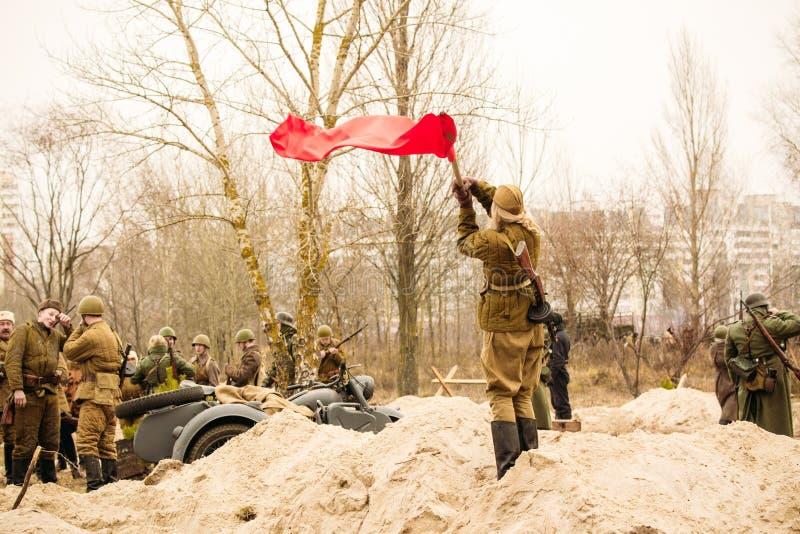 Ein sowjetischer Soldat des Mädchens, der eine Flagge wellenartig bewegt Gomel, Weißrussland stockfoto