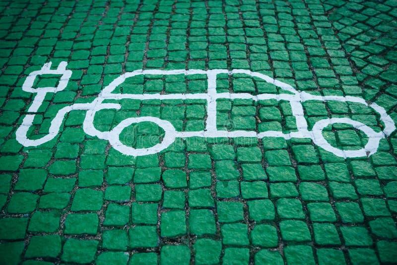 Ein spezieller Platz für Aufladungselektroautos oder Fahrzeuge Ein modernes und umweltfreundliches Verkehrsmittel, das geworden i lizenzfreie stockfotografie