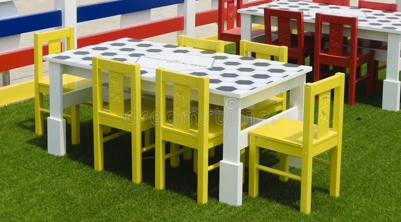 Ein Spielplatz für Kinder mit Plastikmöbeln von hellen Farben lizenzfreie stockfotografie