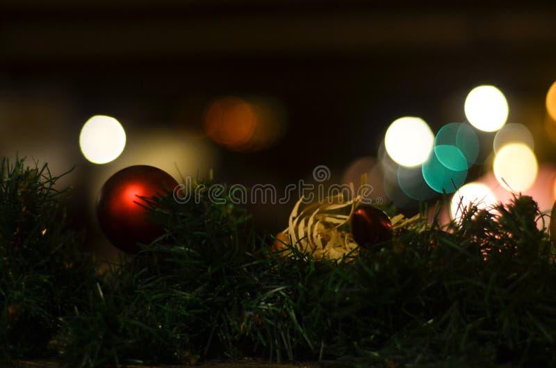 Ein Spielzeug auf einem Pelzbaum mit Porzellan Santa Claus und Tannenbaum lizenzfreies stockbild