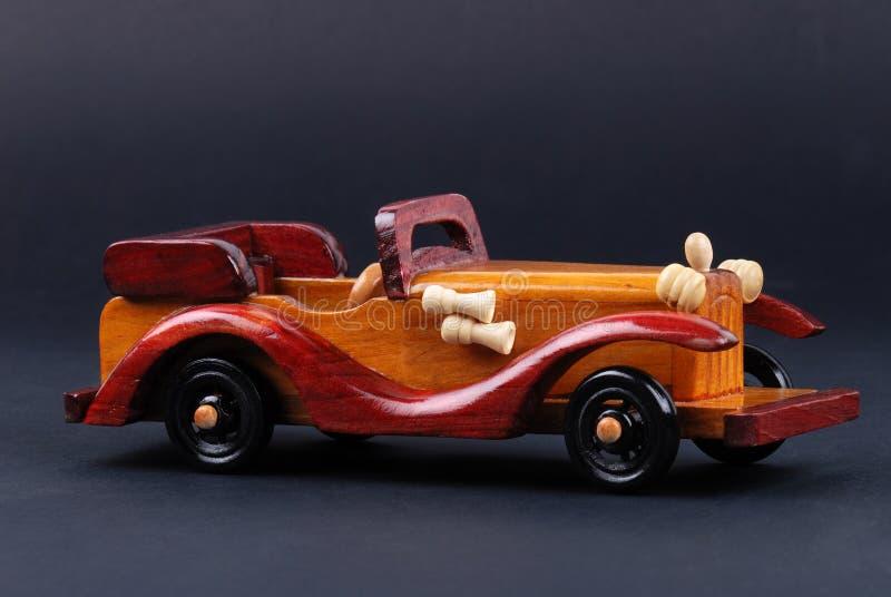 Ein Spielzeugauto hergestellt vom Holz stockbild