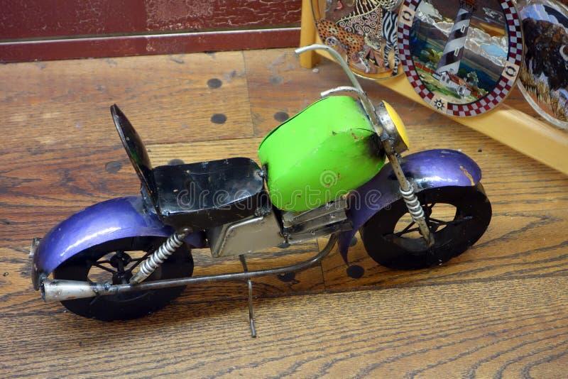 Ein Spielzeugmotorrad auf Anzeige lizenzfreie stockbilder