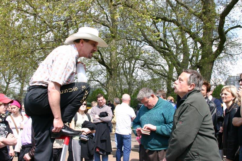 Ein Sprecher argumentiert mit einem Mann in Hyde Park Corner, London, Großbritannien stockbild