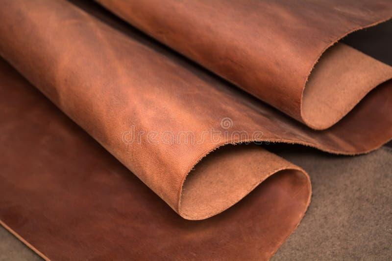 Ein Stück braunes Leder Beschaffenheit des natürlichen Materials stockfotografie