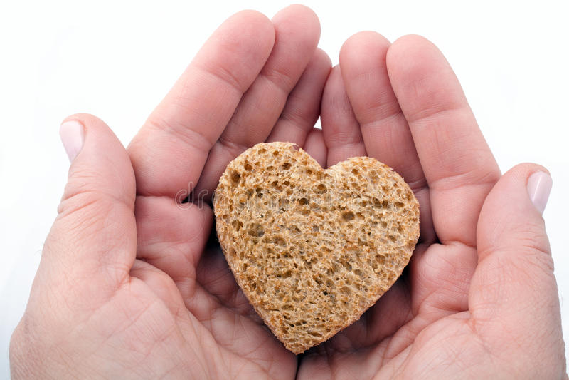 Ein Stück Brot bot mit Liebe an stockfotos
