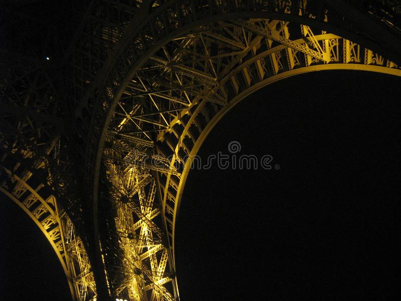 Ein Stück des Eiffelturms nachts lizenzfreies stockfoto