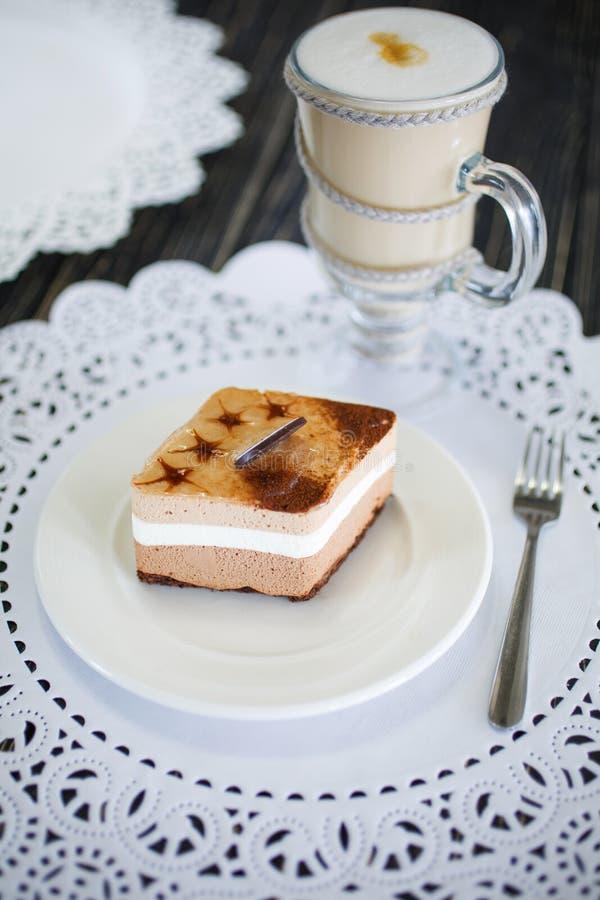 Ein Stück des Karamellkuchens mit weißer Creme lizenzfreies stockfoto