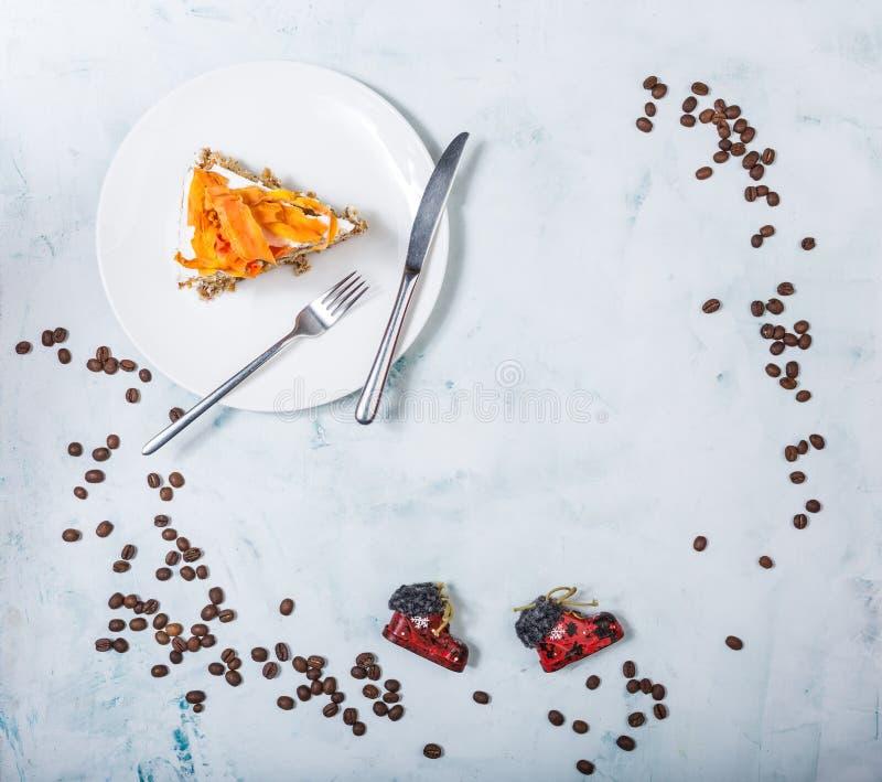 Ein Stück des Karottenkuchens Beschneidungspfad eingeschlossen lizenzfreie stockbilder