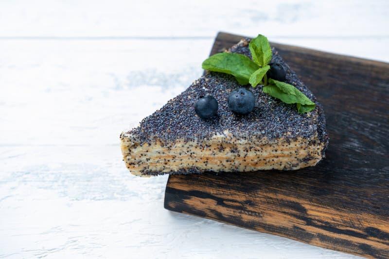 Ein Stück des Mohnkuchens mit Blaubeeren stockfotos