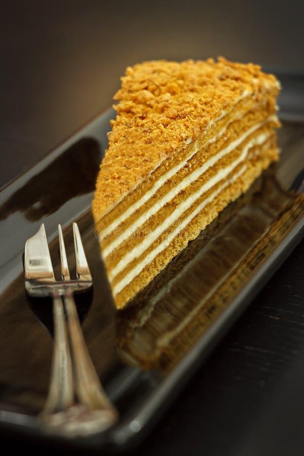 Ein Stück des traditionellen Honigkuchens auf einem Schwarzblech Dunkler Hintergrund stockfoto