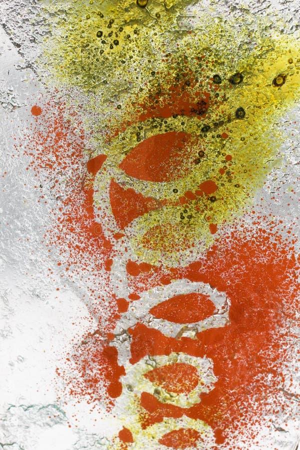 Ein Stückchen Designerbuntglas mit einem hellen gewundenen Muster lizenzfreie stockfotografie