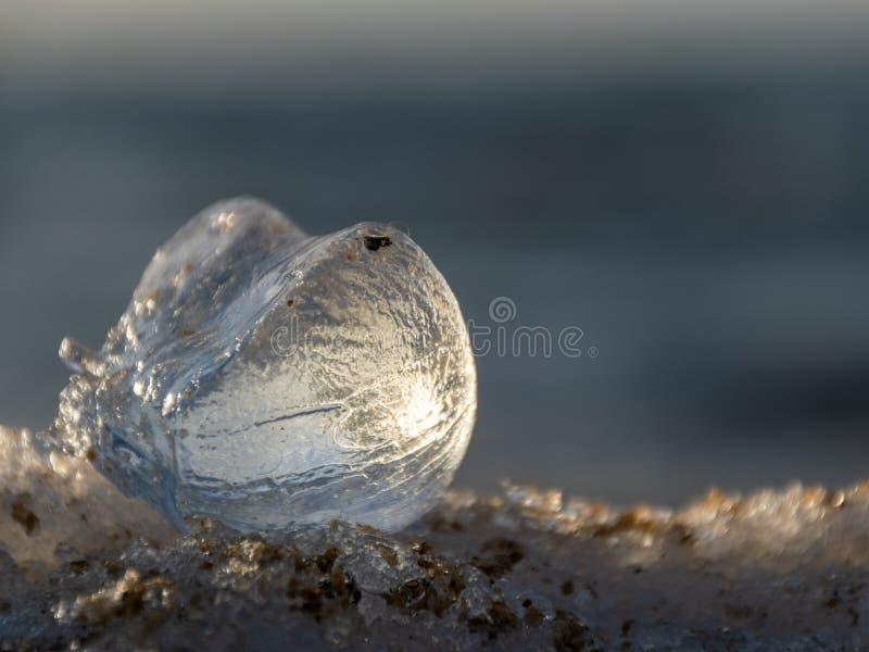 Ein Stückchen Eis glüht lizenzfreies stockbild