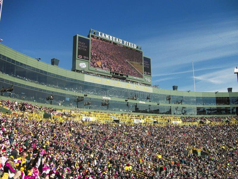 ein Stadion voll von Leuten während eines Matches lizenzfreie stockfotos