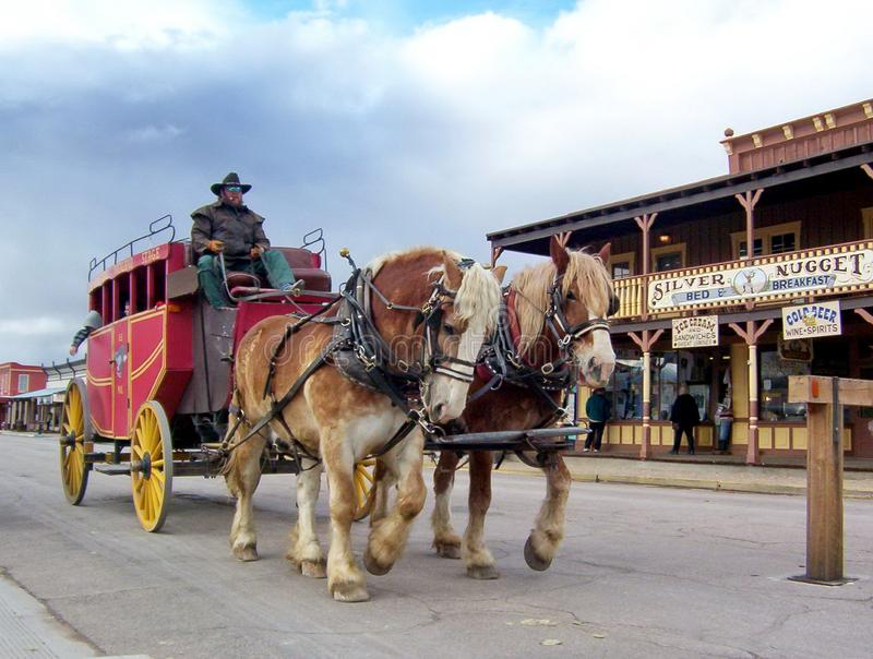 Ein Stagecoach rollt unten die Hauptstra?e der Finanzanzeige stockbilder