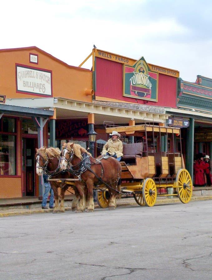 Ein Stagecoach rollt unten die Hauptstra?e der Finanzanzeige stockbild