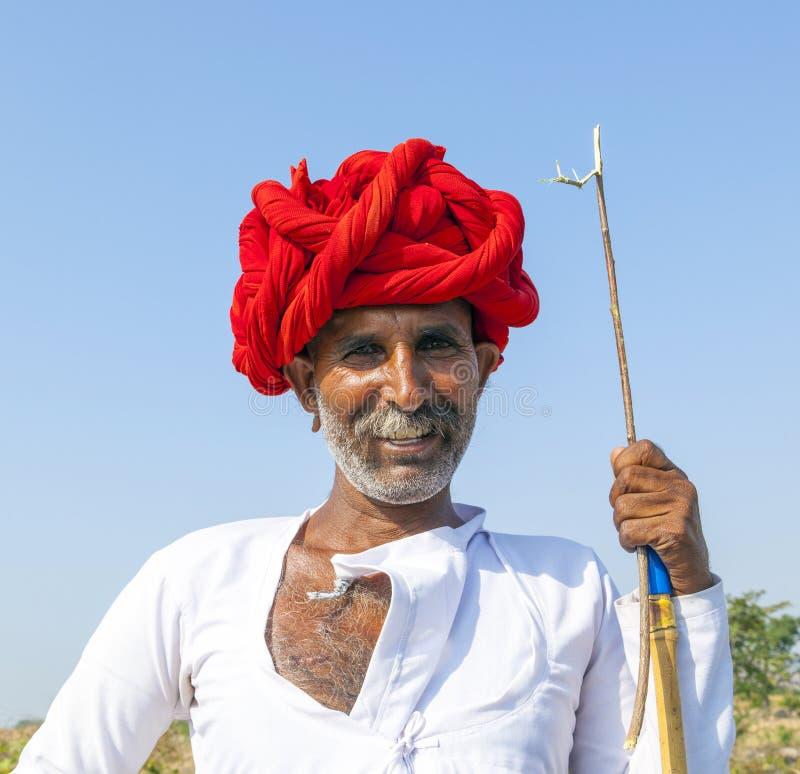 Ein Stammes- Mann Rajasthani, der traditionellen bunten Turban trägt stockfotos