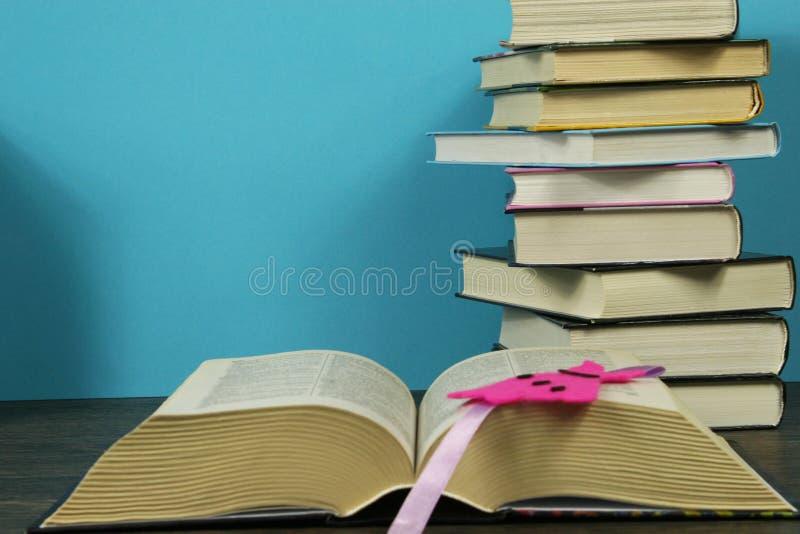 Ein Stapel Bücher auf dem Tisch lizenzfreie stockbilder