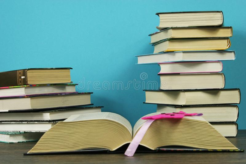 Ein Stapel Bücher auf dem Tisch stockfotografie