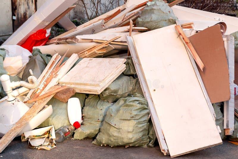 Ein Stapel des Abfalls, des Abfalls und der alten Möbel eingereicht für Beseitigung im Abfall stockfotos