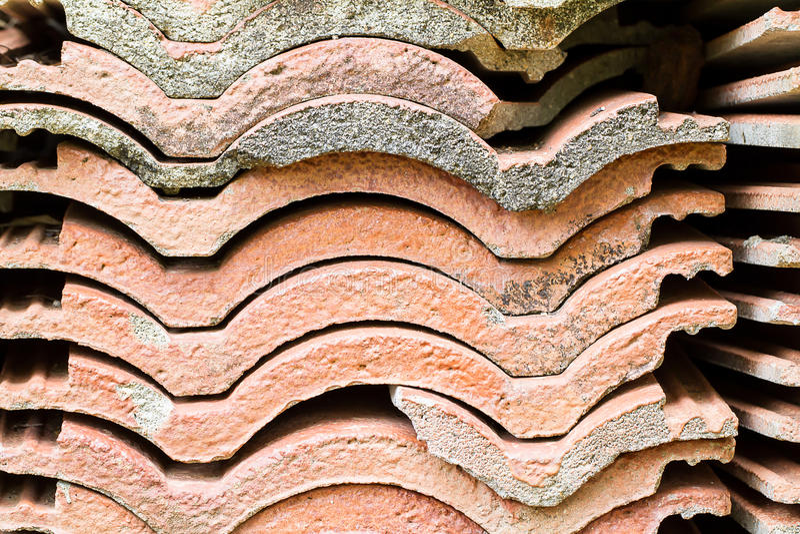 Ein Stapel des alten Dachplattebeschaffenheitshintergrundes stockbild