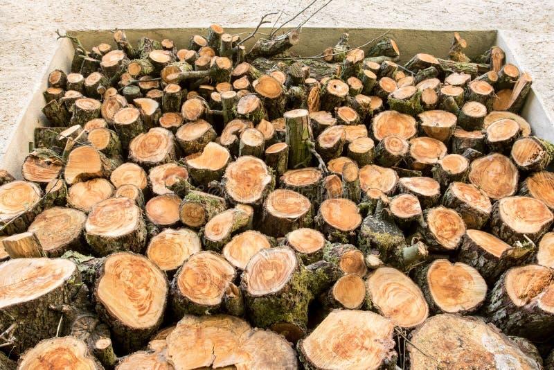 Ein Stapel des Holzes im Hausspeicher lizenzfreies stockfoto