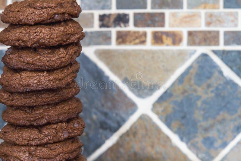 Ein Stapel frisch gebackene selbst gemachte Schokoladensplitterschokoladenkuchenplätzchen lizenzfreies stockbild
