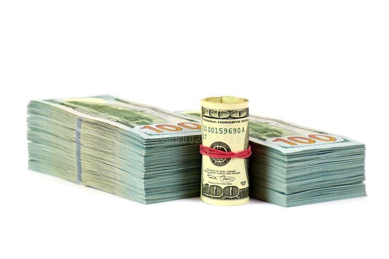 Ein Stapel Geld mit einer Rollenfront von ihr im weißen Hintergrund stockfotos